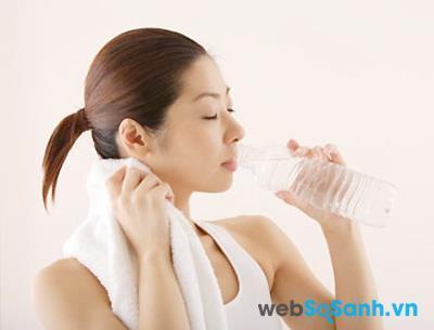Uống nước đầy đủ là cách để cải thiện làn da do ngồi điều hòa nhiều