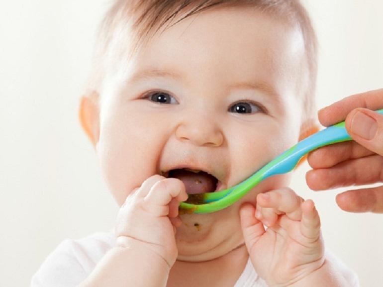 Chỉ nên cho bé 4 tháng tuổi ăn 1 bữa bột ăn dặm pha loãng mỗi ngày