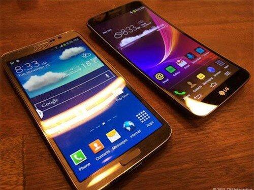 Samsung Galaxy Round và LG G Flex. Ảnh: Cnet.