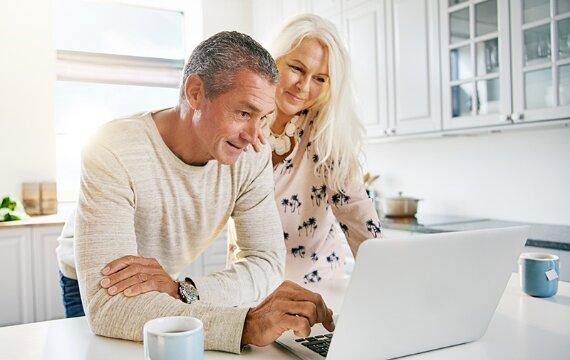 Nên mua bảo hiểm nào cho bố mẹ, người lớn tuổi tốt nhất?