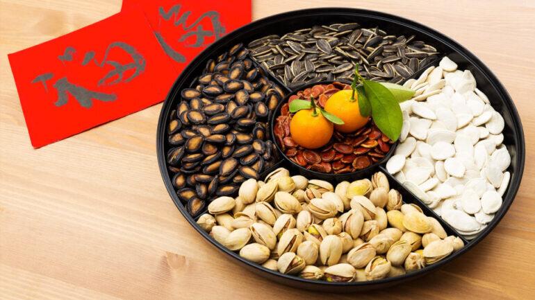 Hạt dưa, hạt bí, hạt hướng dương - các loại hạt truyền thống không thể thiếu trong dịp Tết cổ truyền của người Việt Nam