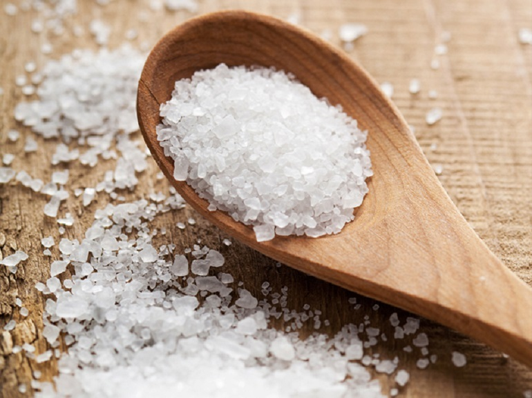 Rửa mặt với nước muối ấm giúp kháng khuẩn cho da