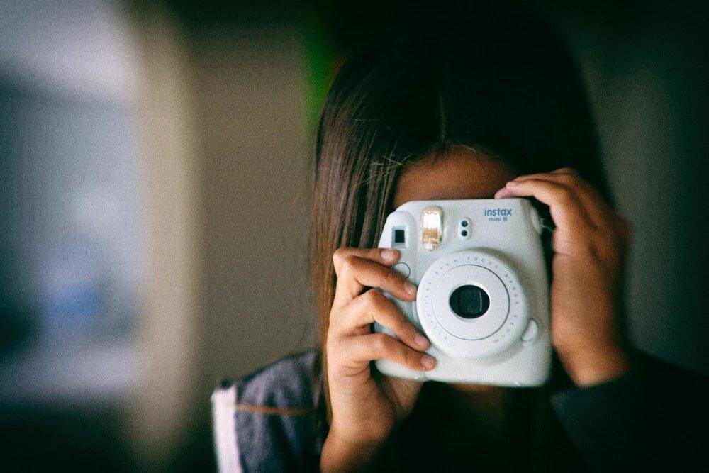 Một chiếc máy ảnh chụp lấy ngay của Fujifilm cũng rất trẻ trung và sành điệu