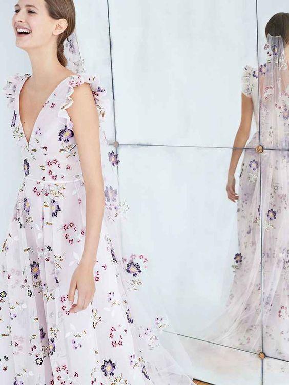 Nếu bạn yêu thích những đóa hoa, bạn yêu thích sự trong trẻo và bạn muốn tìm một chiếc váy nhẹ nhàng thì đây chắc chắn là thiết kế váy cưới tuyệt đẹp dành cho bạn!