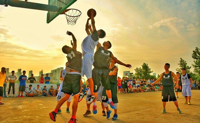Bóng rổ là bộ môn thể thao rất được các bạn trẻ ưa chuộng