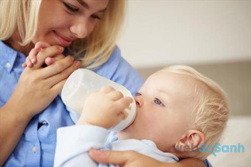 Không bao giờ ép bé uống sữa bột nếu bé đã cảm thấy no