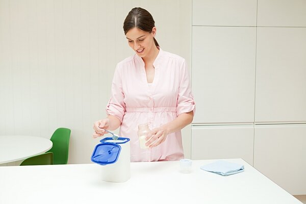 """14 bước pha sữa cho trẻ """"chuẩn"""" theo hiệp hội nhi khoa Anh Quốc"""
