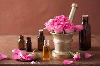 15 tác dụng tinh dầu hoa hồng trị mụn dưỡng da và 2 lưu ý khi dùng