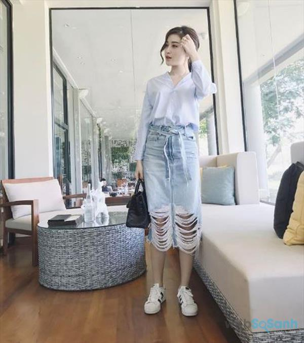 Lên đồ áo sơ mi dài với chân váy jean rách và giày sneaker trẻ trung, quyến rũ