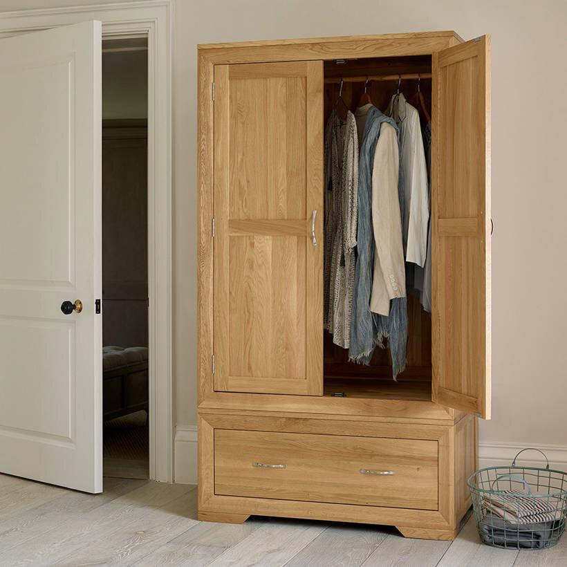 Tủ quần áo được làm từ gỗ sồi trắng cao cấp, có độ bền cao