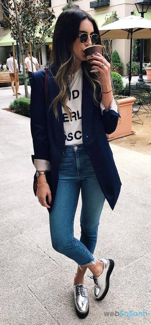 Với những cô nàng năng động thì chỉ cần một set áo phông, quần jeans và thêm chiếc áo khoác blazer là cũng đủ cảm thấy tự tin bước ra đường rồi!