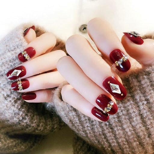 Sơn móng tay màu đỏ đính đá