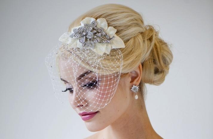 Nên chọn trang sức cưới phù hợp với màu vày cưới