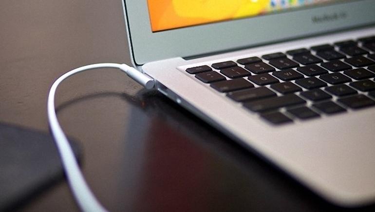 vừa sạc vừa dùng laptop