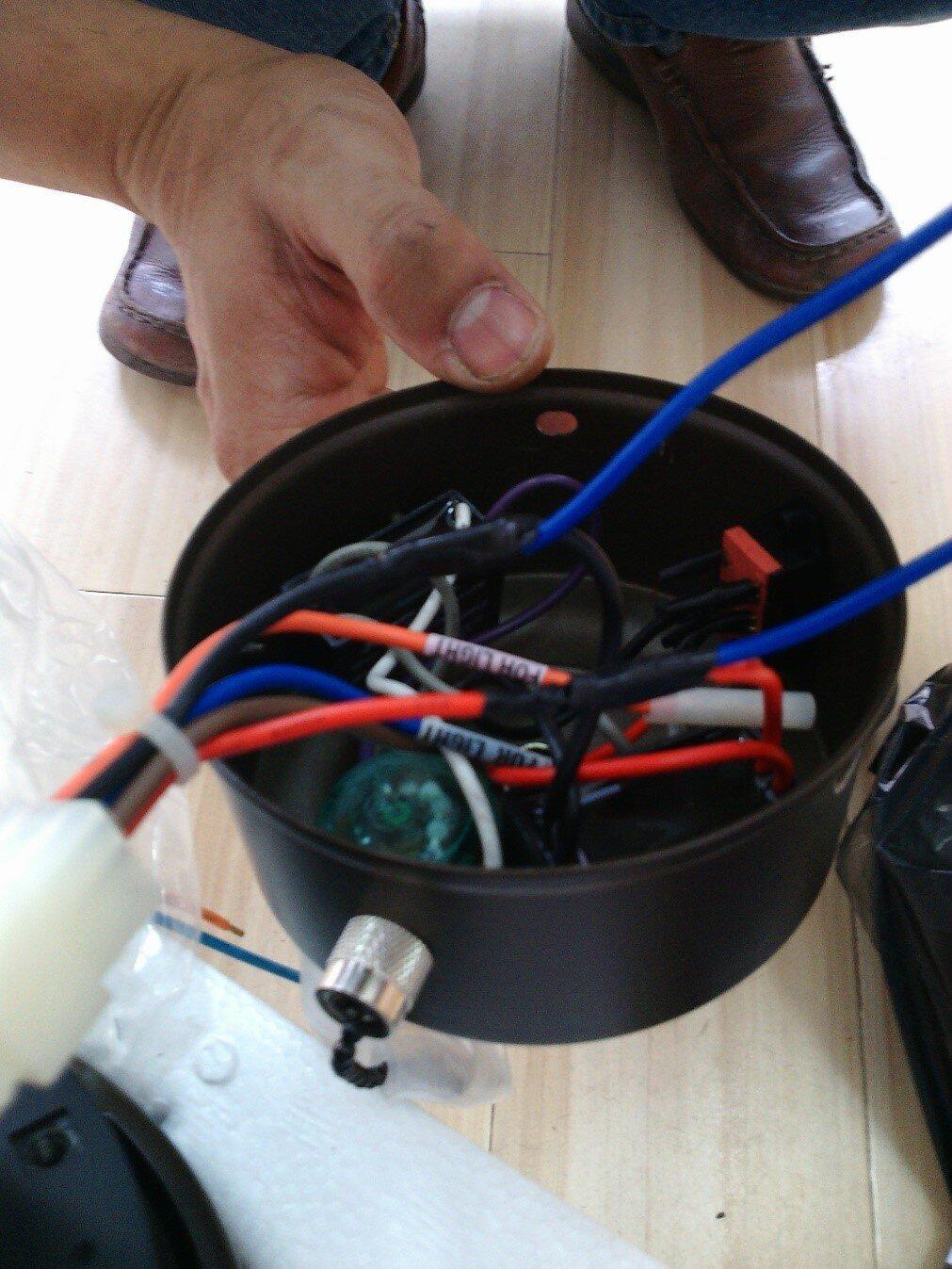 Cách luồn dây điện vào thanh treo