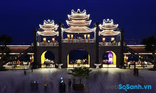 Khung cảnh chùa Bà Vàng vào ban đêm