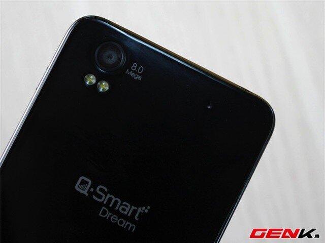 Camera 8 chấm được đặt lệch tương tự iPhone. Bên dưới là bộ đôi đèn flash LED hỗ trợ chụp ảnh thiếu sáng.