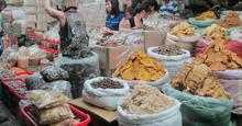 """Tiểu thương bắt đầu """"ôm"""" hàng : Giá thực phẩm khô ăn Tết sẽ tăng bao nhiêu ?"""