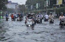 3 kinh nghiệm bỏ túi khi đi xe máy mùa mưa bão
