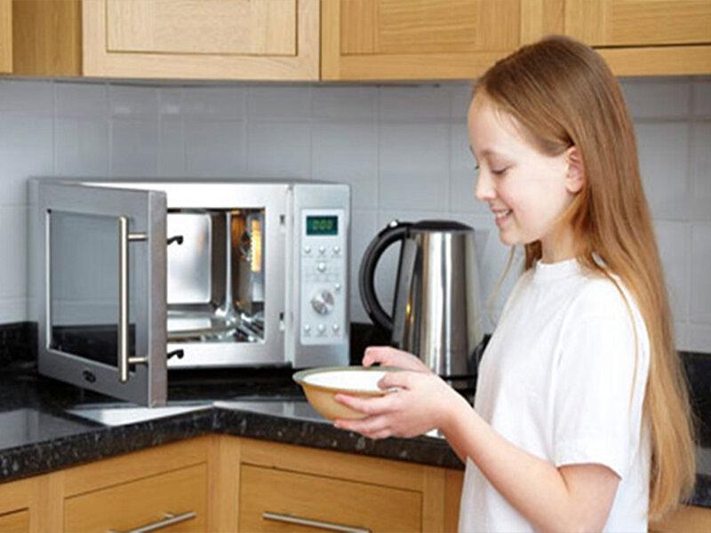 rẻ dễ bị bỏng khi không sử dụng bao tay lấy đồ ăn từ lò vi sóng