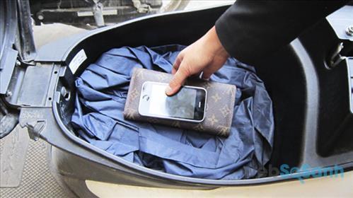 Cốp xe thường để khá nhiều đồ vì vậy dễ làm hỏng điện thoại của bạn