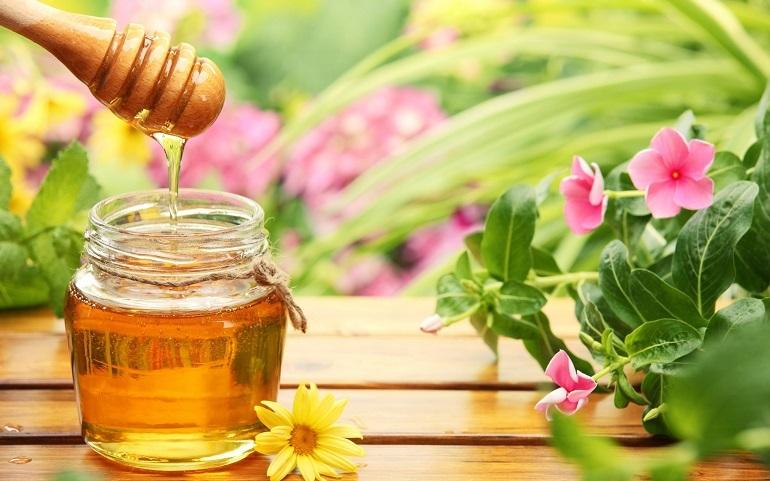 Rửa mặt bằng nước ấm pha với mật ong