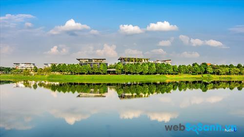 Công viên rộng lớn với nhiều khoảng không gian xanh, từ hàng liễu ven hồ tới những rừng tre trúc rậm rạp, trong những ngày thu càng trở nên lãng mạn, nên thơ hơn.