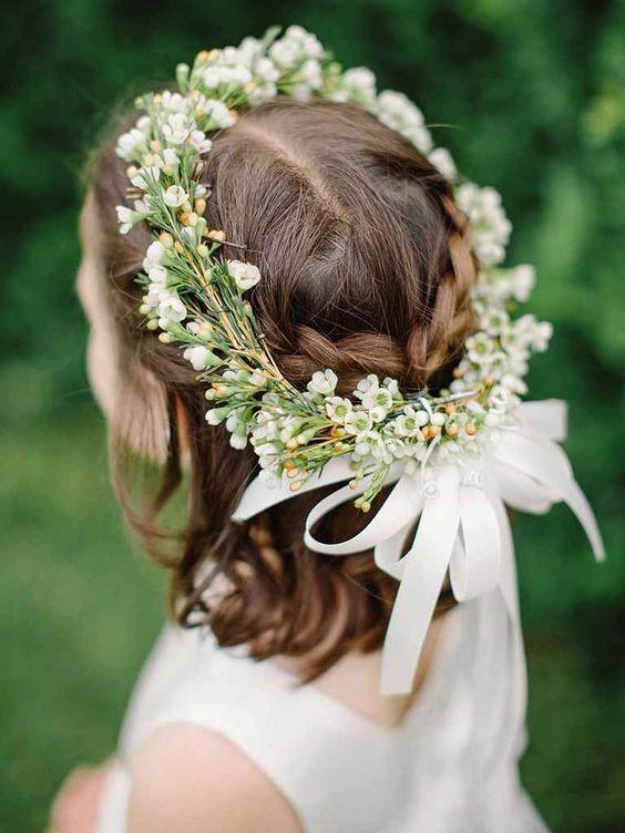 Kiểu tóc này vô cùng dễ làm, tết hai lọn tóc hai bên, rồi buộc lại với nhau. Bạn có thể cài lên đầu bé một vòng hoa dễ thương nữa là được!