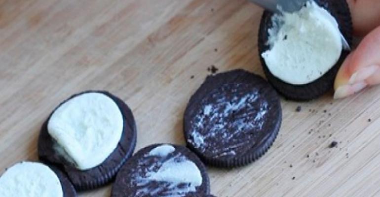 Đầu tiên bạn bóc bánh quy Oreo mới mua về ra rồi xoay bánh tách riêng phần bánh và kem vào 2 bát riêng biệt.