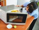 4 cách vệ sinh lò vi sóng hiệu quả