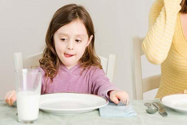 4 câu hỏi mẹ cần phải trả lời trước khi cho trẻ uống sữa tươi