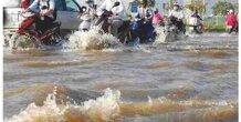 4 mẹo để đi xe qua đường ngập lụt không bị chết máy