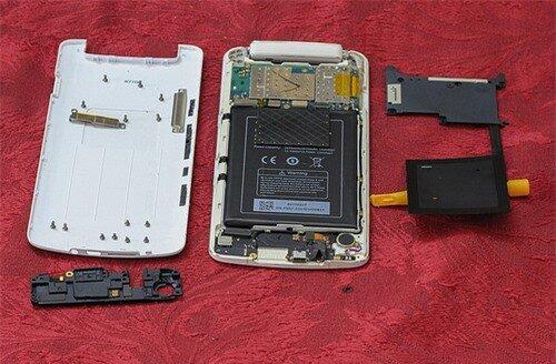 Tiếp tục tháo phần nhựa bảo vệ khu vực loa ngoài, micro chính và cổng giao tiếp USB.