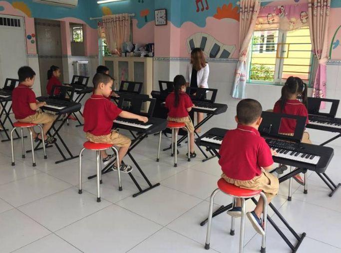Thông thường bé có thể học chơi đàn organ từ rất sớm khoảng 4 - 6 tuổi, những bé khác bắt đầu sau là khoảng 6 - 7 tuổi
