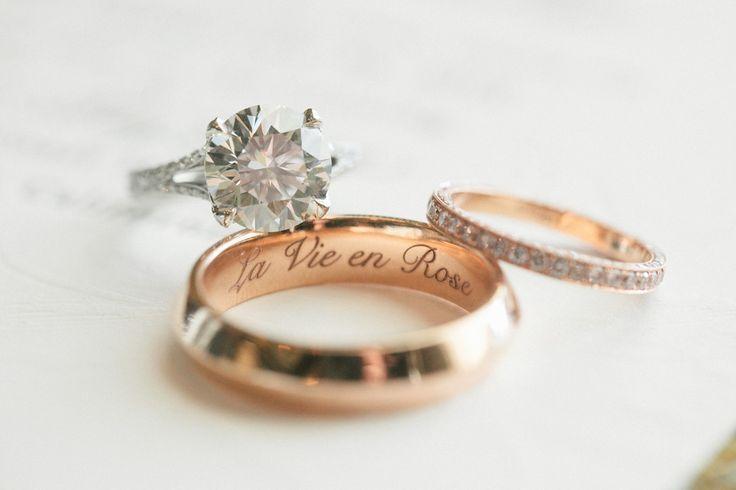 Nhẫn cưới của hai bạn không cần thiết phải giống y xì, khác một chút cũng chả sao!