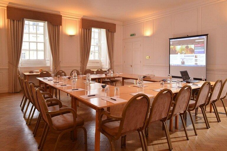 Ghế phòng họp bằng gỗ tự nhiên vừa đẹp vừa có độ bền cao