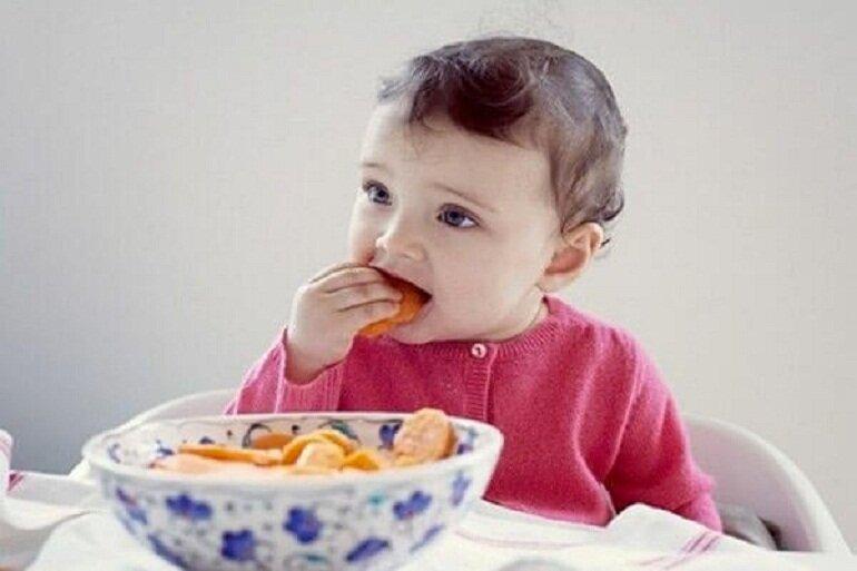 Chỉ nên cho bé ăn bánh ăn dặm vào các bữa phụ