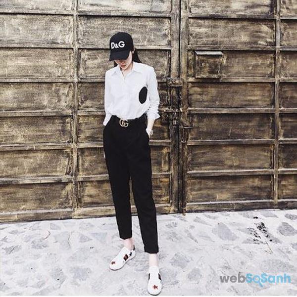 Lên đồ áo sơ mi trắng với quần baggy, mũ lưỡi trai và giày sneaker năng động, cá tính