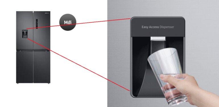 Tủ lạnh Samsung Inverter 488L 4 cửa RF48A4010B4/S có tính năng lấy nước bên ngoài rất tiện lợi