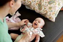 5 lưu ý để mặc quần áo cho trẻ sơ sinh dễ dàng hơn