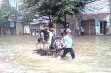 """5 mẹo nhỏ giúp xe máy """"lội"""" an toàn qua đường ngập lụt"""