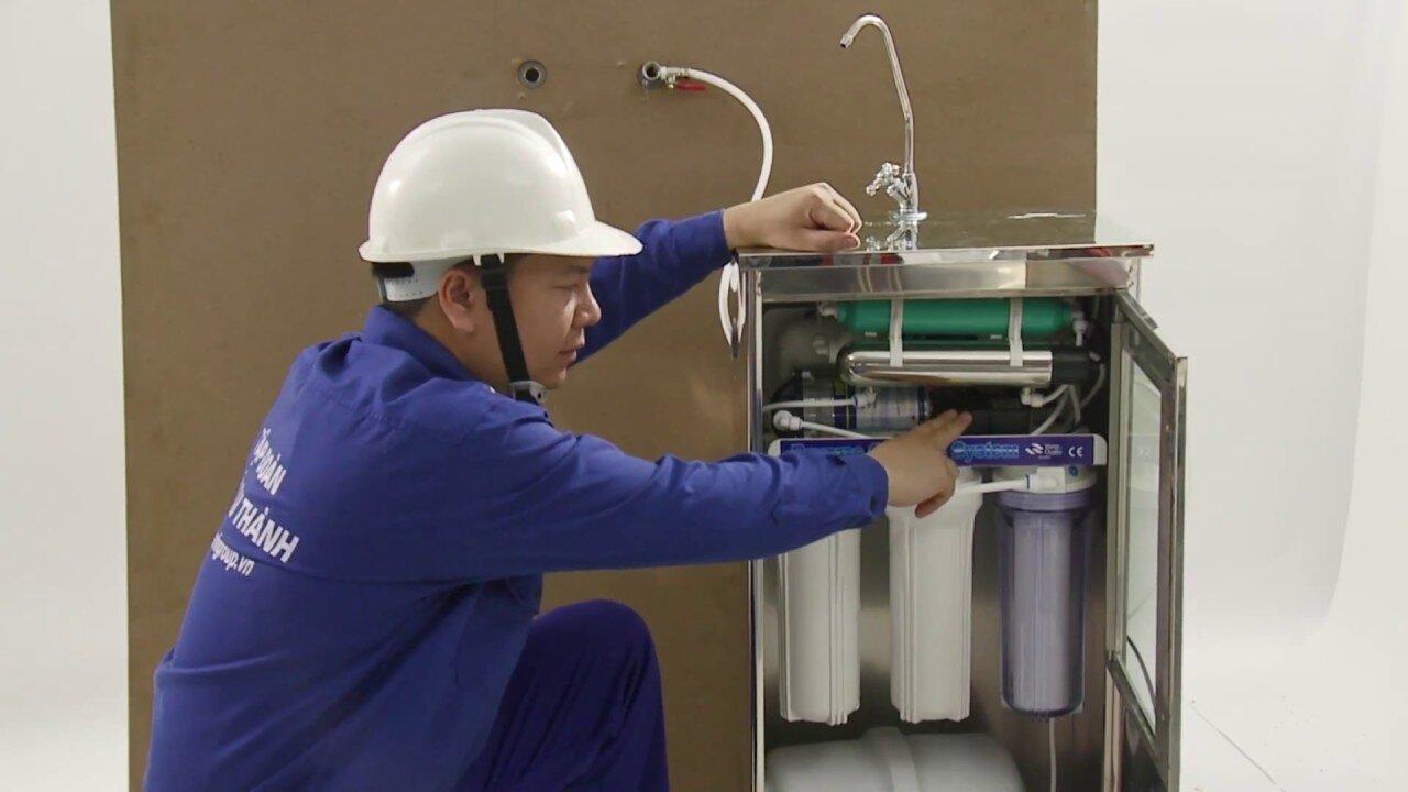 Lắp đặt máy lọc nước.