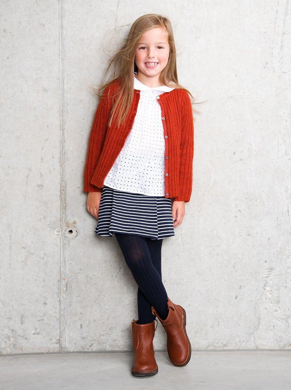 Áo len và chân váy kết hợp cùng bốt da tạo nên một set đồ thời trang và ấm áp cho mọi bé gái