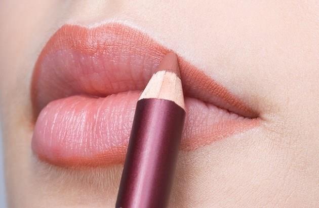 Nhớ dùng chì kẻ môi trước khi đánh son môi nhé!