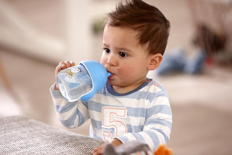 Nhắc trẻ uống nước thường xuyên hơn