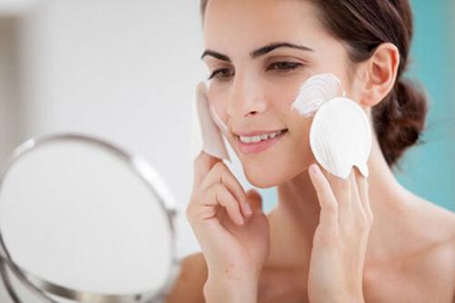 Nhớ tẩy tế bào chết cho da để da được thông thoáng và mịn màng nhé!