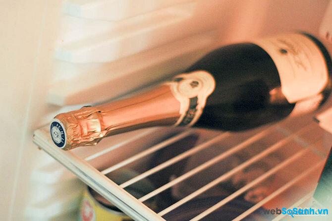 7 bước đơn giản để mở chai Champagne với một chiếc dao