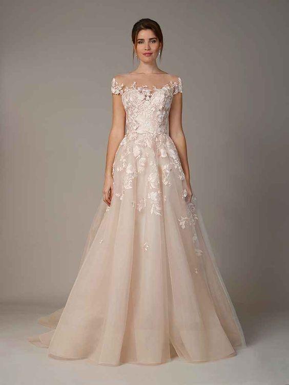 Một bộ váy màu hồng phơn phớt với những chi tiết ren rất xinh, vừa đáng yêu, vừa duyên dáng lại vừa quyến rũ!