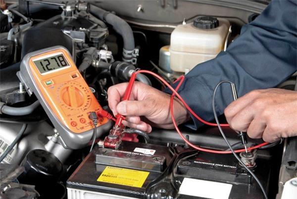 Kiểm tra điện áp bình ắc quy nước định kỳ để tiến hành sạc lại nếu cần