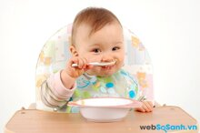 8 mốc quan trọng trong công cuộc ăn uống của bé